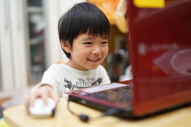 動画を楽しむ子供