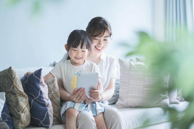 子供が動画配信サービスを楽しんでいる